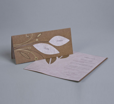 Invitatie de nunta maro cu doua frunze alungite