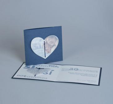 Invitatie de nunta din carton albastru sidef cu inimioara din calc