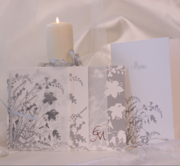 Invitatie nunta pe nuante de argintiu, cu panglica argintie