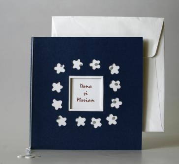 Invitatie de nunta pe albastru cu floricele albe