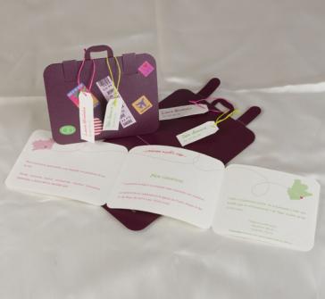 Invitatie de nunta tip valiza cu diferite autocolante