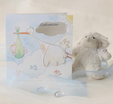 Invitatie cu barza care zboara cu bebe in cioc