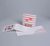 Invitatie de nunta moderna cu dungi bordo si doua inimi