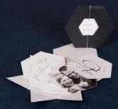 Invitatie de nunta de forma hexagonala pe carton gri-inchis sidefat