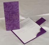 Invitatie de nunta mov cu motive de frunza pe coperta
